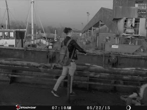 Tunnistatko kuvan miestä? Poliisi kaipaa tietoa Kotkan kalastustroolarin paloon liittyen