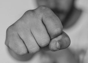 Kaksi nuorta jamppaa pahoinpiteli naisen ja miehen Oulussa
