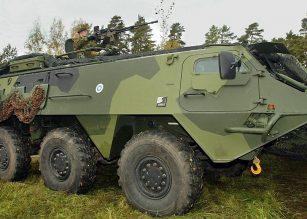 Puolustusvoimien Pasi-miehistönkuljetusvaunu suistui ojaan Salossa.